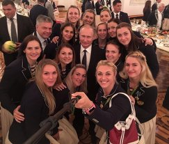 Владимир Путин и гандболистки РФ