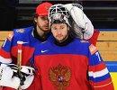 Вратари сборной России Илья Сорокин (слева) и Сергей Бобровский после поражения в матче 1/2 плей-офф чемпионата мира по хоккею между сборными командами Финляндии и России