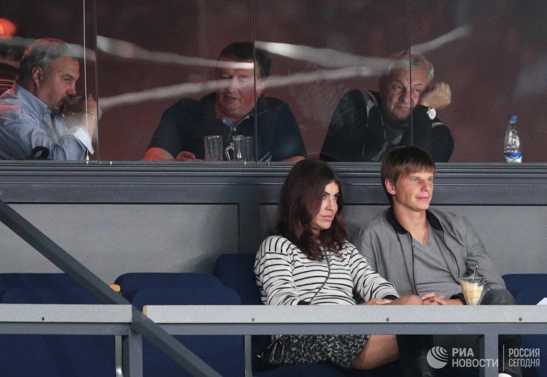 Футболист ФК Зенит Андрей Аршавин (справа на первом плане) и его спутница Алиса Казьмина