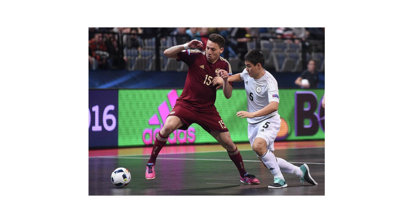 Игрок сборной России по мини-футболу Ромуло (слева)