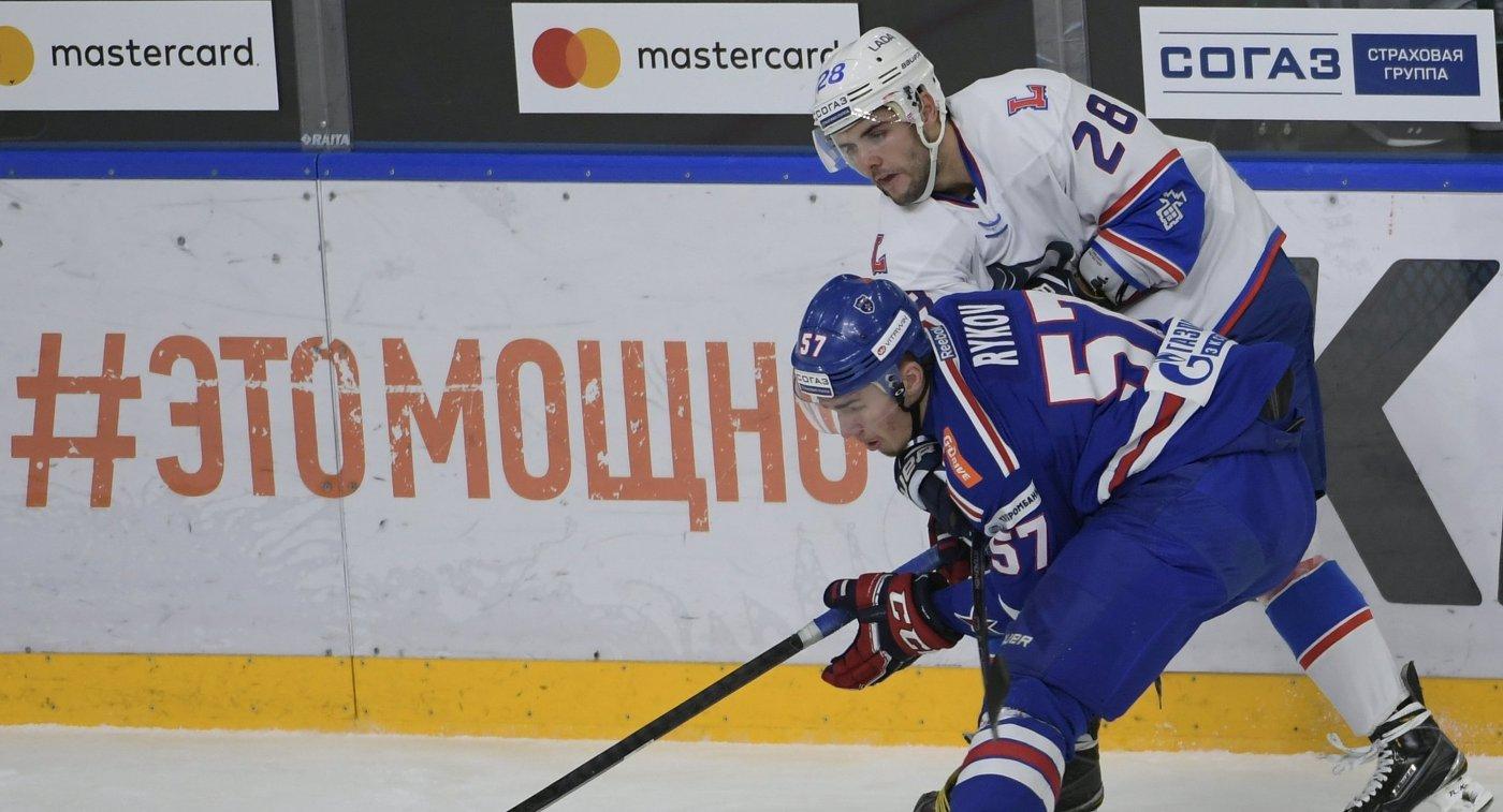 Защитник СКА Егор Рыков (слева) и нападающий Лады Никита Филатов