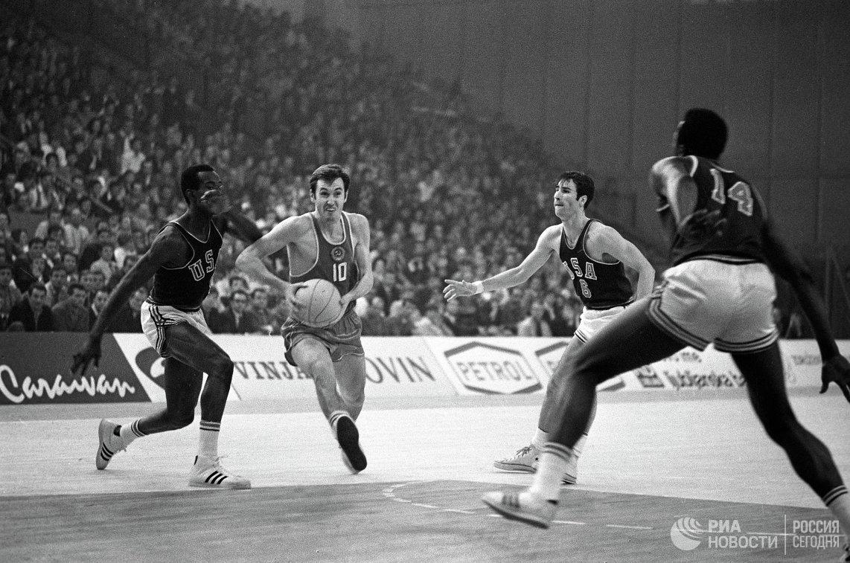 Игра баскетбольных команд СССР и США на VI чемпионате мира