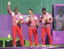 Российские спортсмены Олег Шестаков, завоевавший серебряную медаль, Тимур Тучинов, завоевавший золотую медаль, и Михаил Оюн, завоевавший бронзовую медаль, на церемонии награждения призеров соревнований по стрельбе из классического лука на Паралимпийских играх 2012 в Лондоне