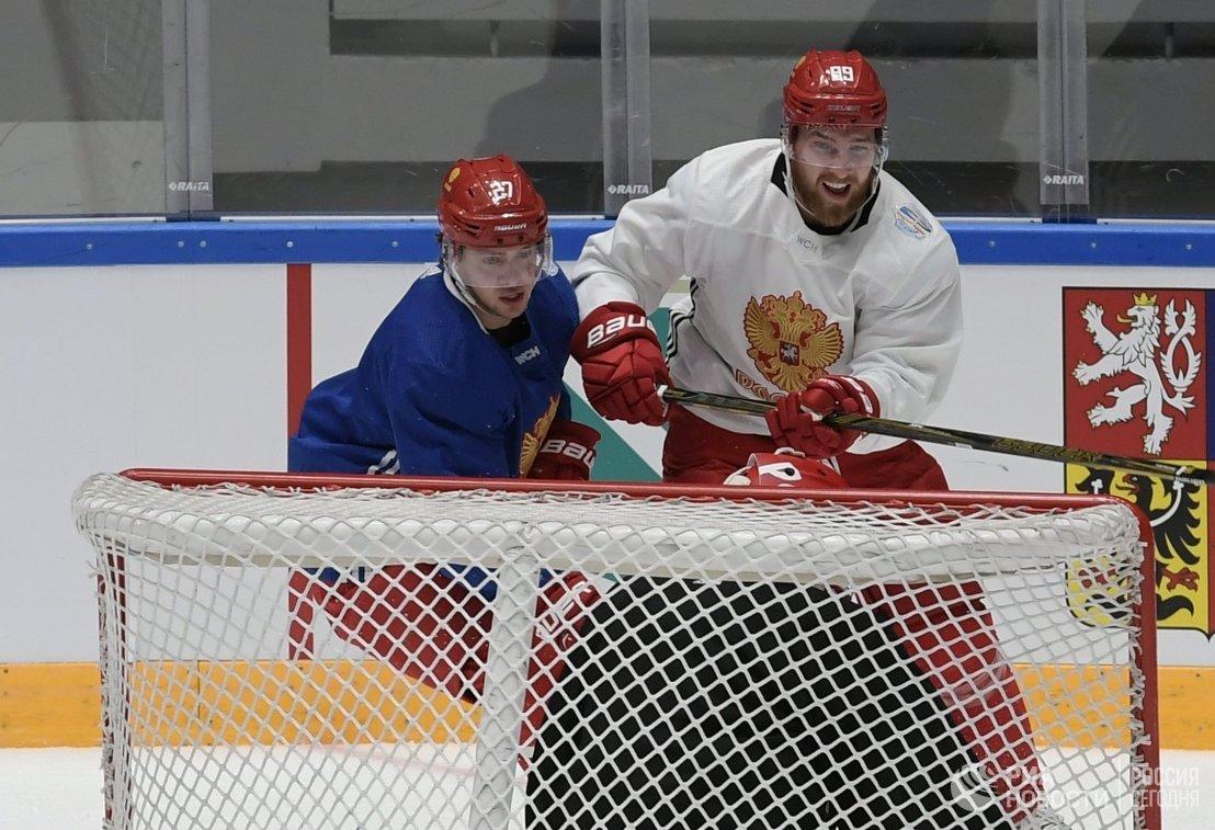 Нападающий сборной России по хоккею Артемий Панарин (слева) и защитник Никита Нестеров