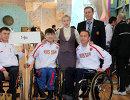 Знаменитая паралегкоатлетка, 13-кратная паралимпийская чемпионка и вице-президент ПКР Рима Баталова вместе со спортсменами