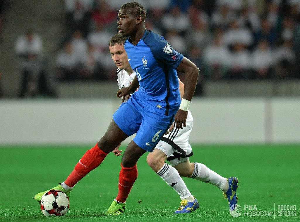 Полузащитник сборной Франции Поль Погба (на первом плане)