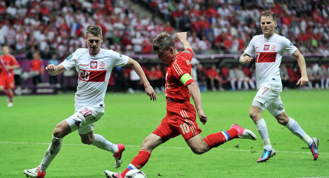 Нападающий сборной России Андрей Аршавин (в центре)