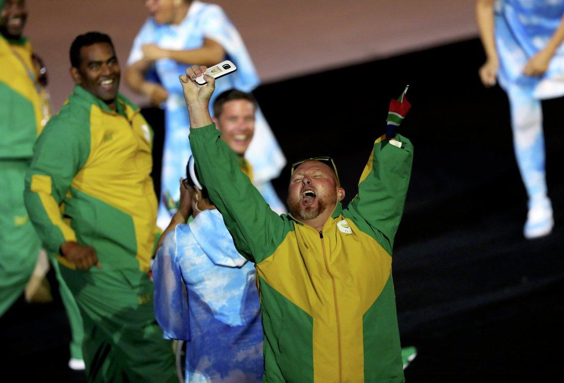 Парад участников на церемонии открытия Паралимпийских игр в Рио-де-Жанейро