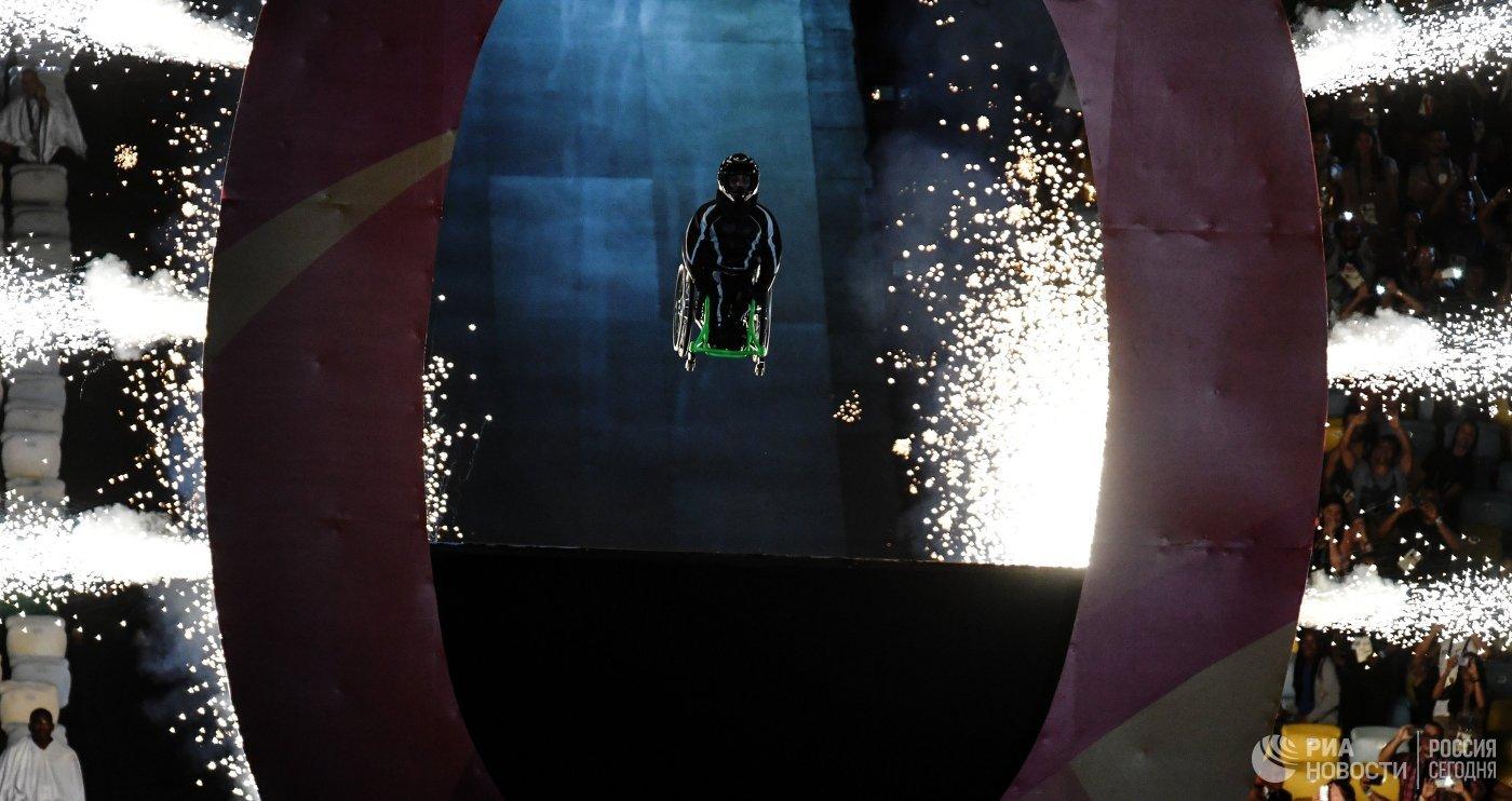 Артист во время театрализованного представления на церемонии открытия XV летних Паралимпийских игр 2016 в Рио-де-Жанейро