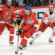 Нападающий сборной Чехии по хоккею Михаэль Фролик (в центре)