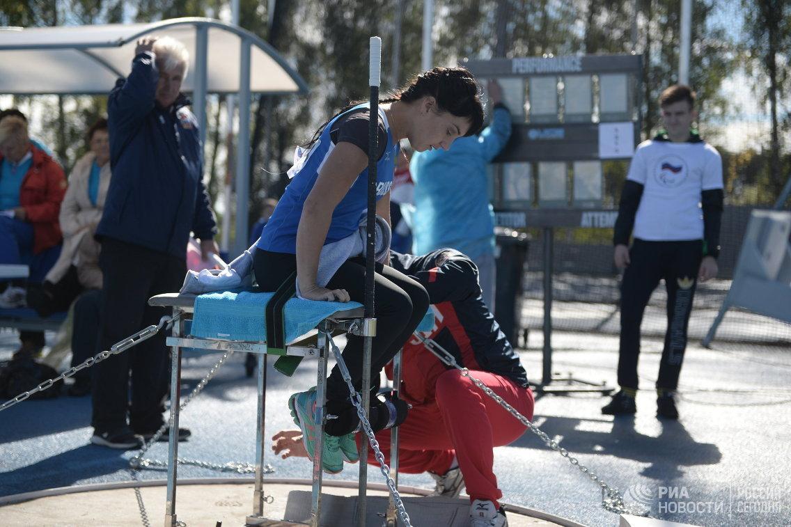 Спортсменка готовится к выступлению на Всероссийских паралимпийских соревнованиях