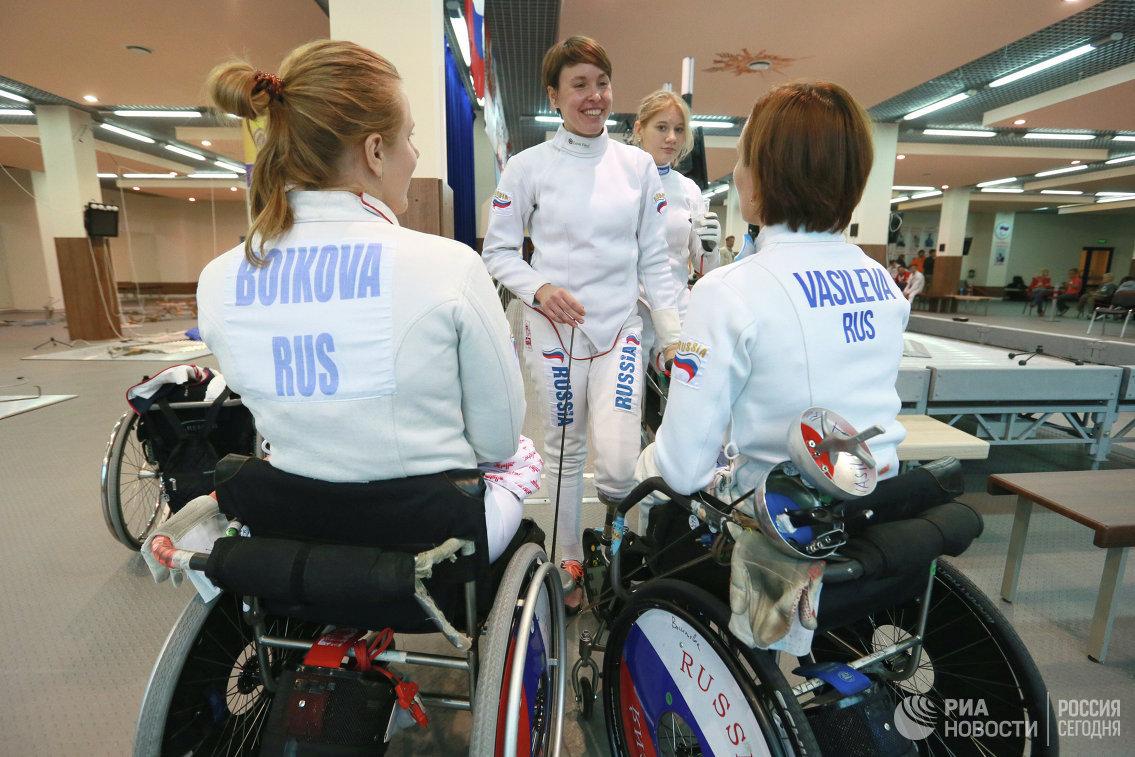 Юлия Ефимова (в центре)