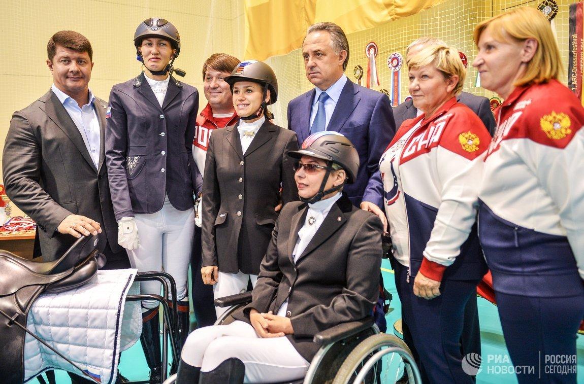 Министр спорта РФ Виталий Мутко (в центре)