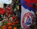 Цветы и свечи в память о погибших хоккеистах Локомотива