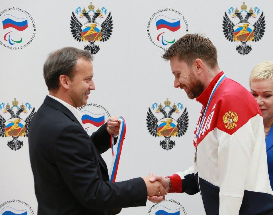 Заместитель председателя правительства РФ Аркадий Дворкович (слева) награждает паралимпийца Сергея Малышева