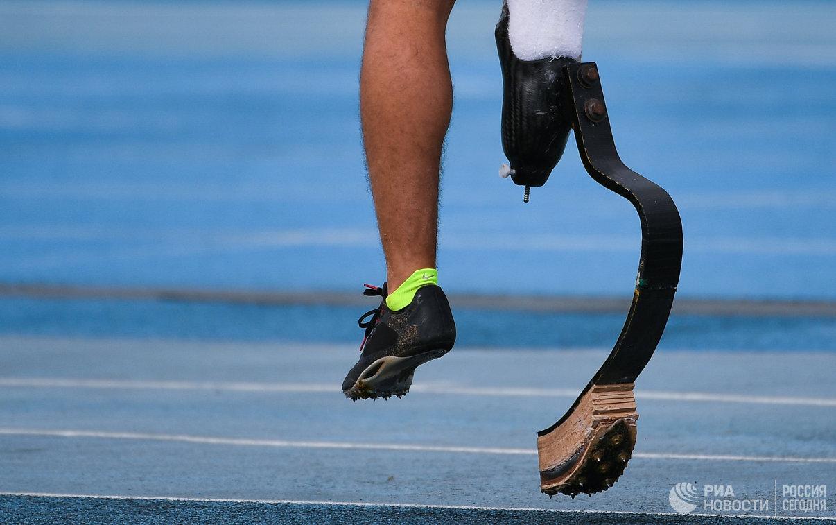 Спортсмен во время прыжков в длину в классе F44 среди мужчин на легкоатлетическом турнире Всероссийских паралимпийских соревнований