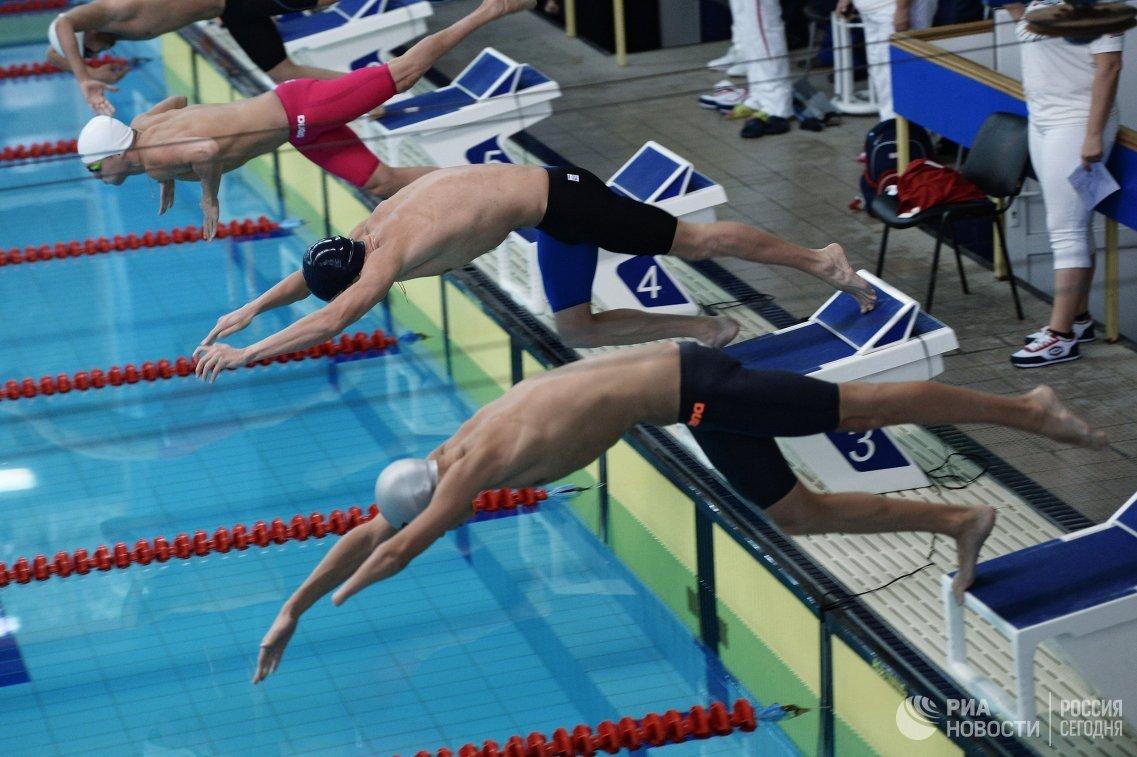 Спортсмены на старте заплыва на Всероссийских паралимпийских соревнованиях в олимпийском центре Озеро Круглое