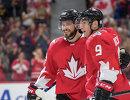Нападающие сборной Канады по хоккею Тайлер Сегин и Мэтт Дюшен (слева направо)