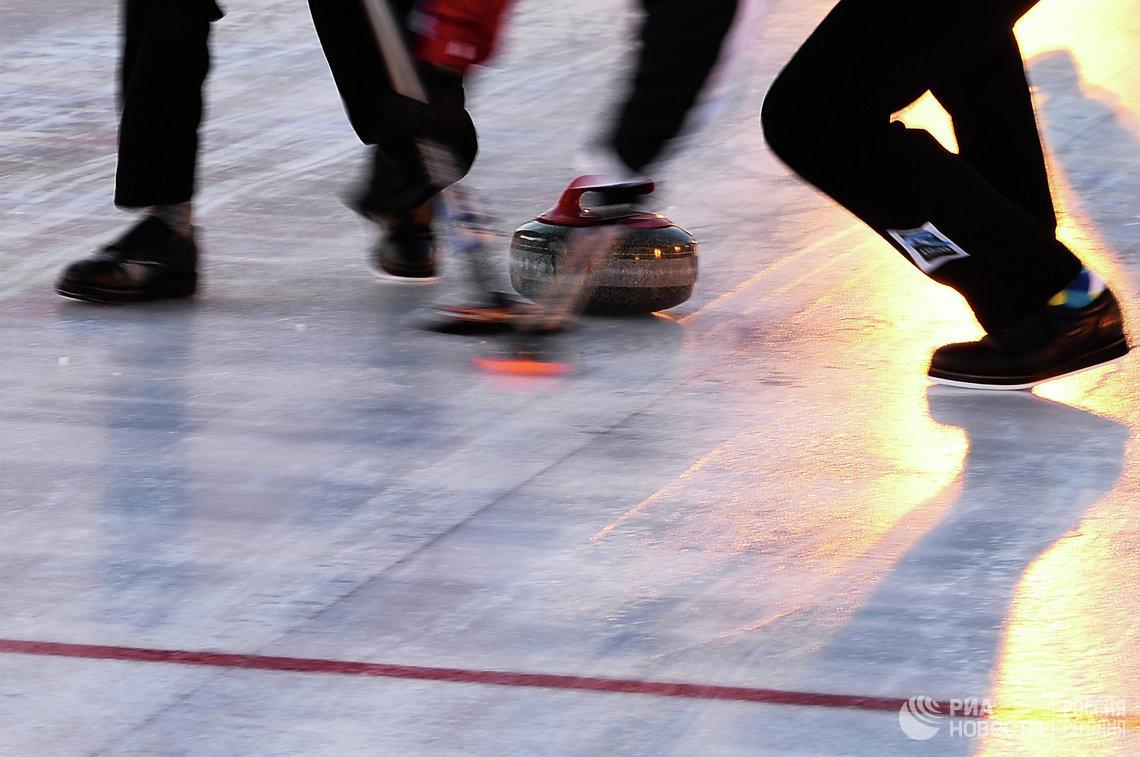 Игровой эпизод на турнире по керлингу под открытым небом Red Square Classic
