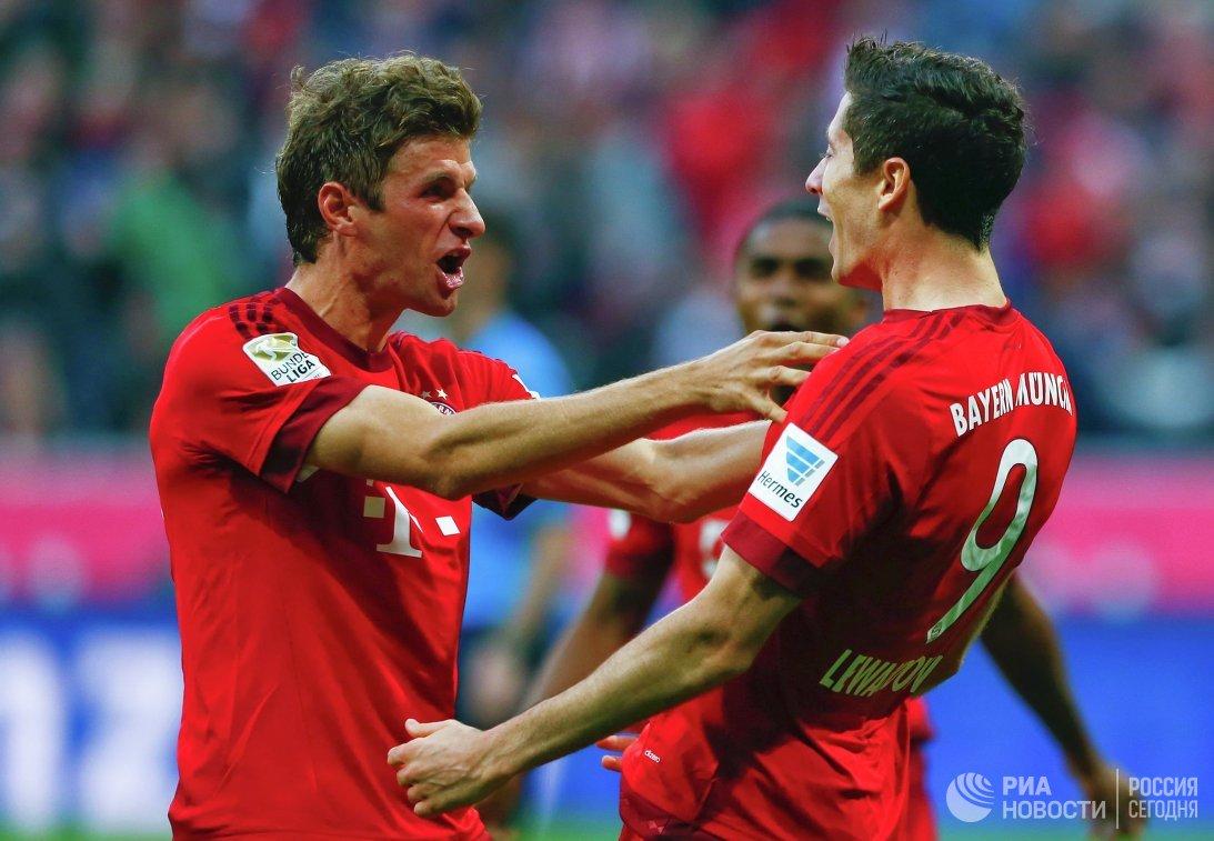 Футболисты мюнхенской Баварии Томас Мюллер и Роберт Левандовский (слева направо)