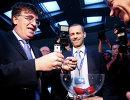 Руководитель Футбольной ассоциации Словении (NZS) Александер Чеферин (в центре)