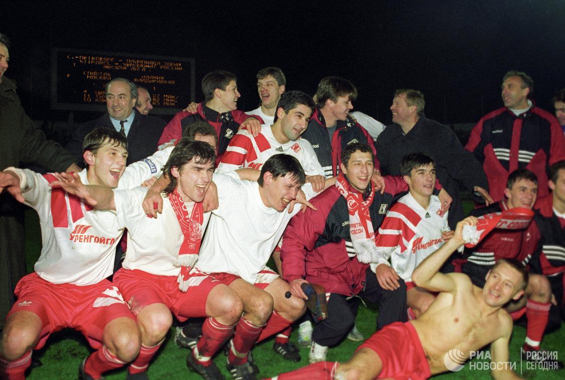 Артем Безродный (второй справа) после победы московского Спартака в чемпионате России по футболу