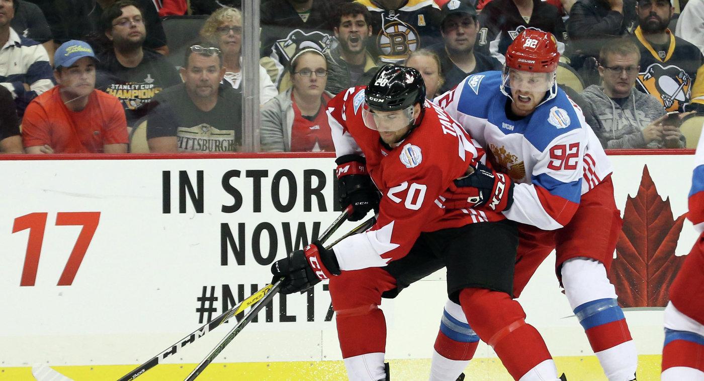 Форваврд сборной России Евгений Кузнецов (справа) и нападающий сборной Канады Джон Таварес