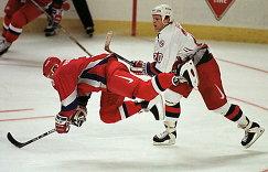 Сергей Немчинов (слева) и Гэри Сутер в матче Россия - США на Кубке мира по хоккею 1996 года