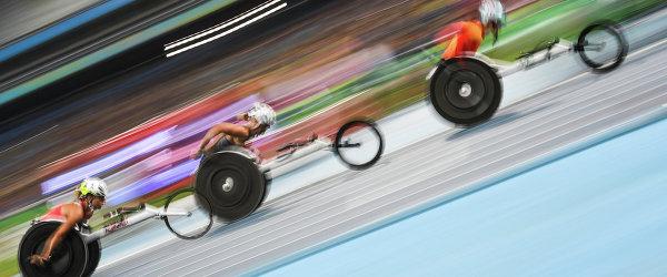 портсменки на дистанции забега T54 на 1500 м на соревнованиях по легкой атлетике на Паралимпийских играх