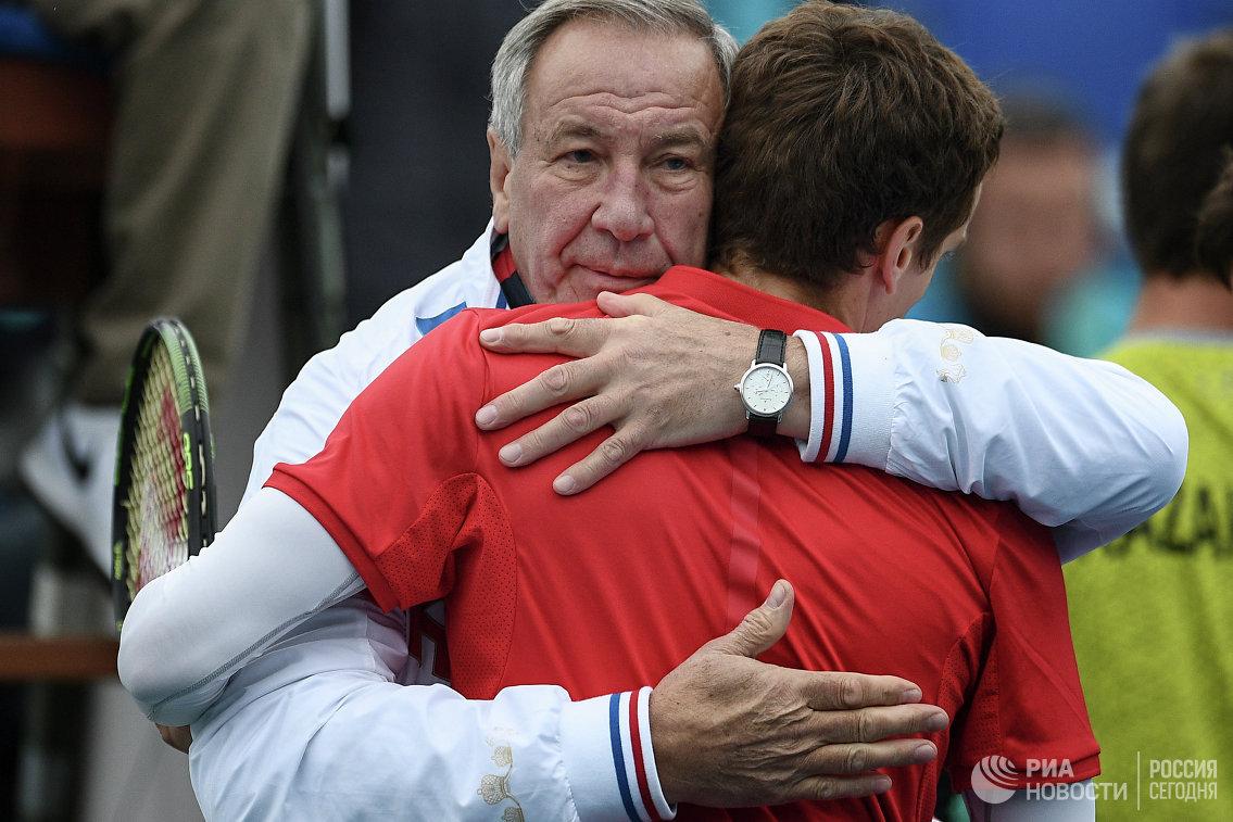 Капитан сборной России Шамиль Тарпищев (слева) поздравляет Андрея Кузнецова