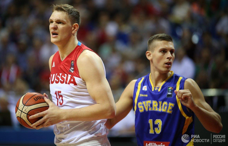 Центровой сборной России Тимофей Мозгов (слева) и защитник сборной Швеции Кристофер Черапович
