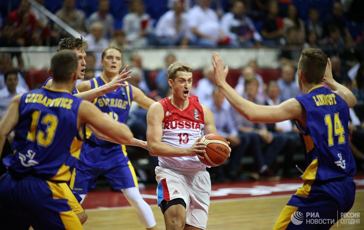 Защитник сборной России Дмитрий Хвостов (в центре)