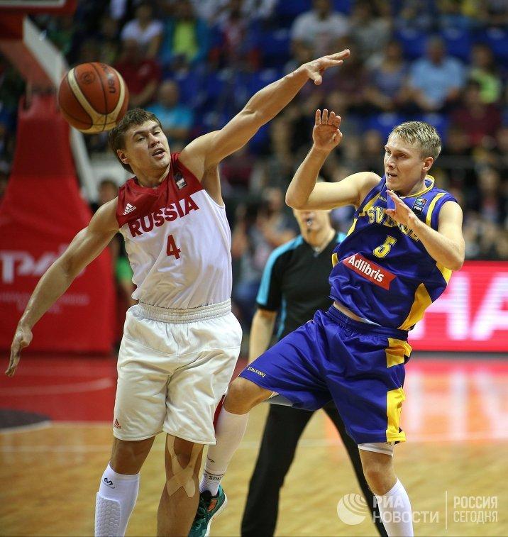 Защитник сборной России Евгений Бабурин (слева) и защитник сборной Швеции Тобиас Борг