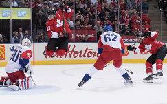 Нападающий сборной Канады Сидни Кросби (второй слева) в матче против команды Чехии