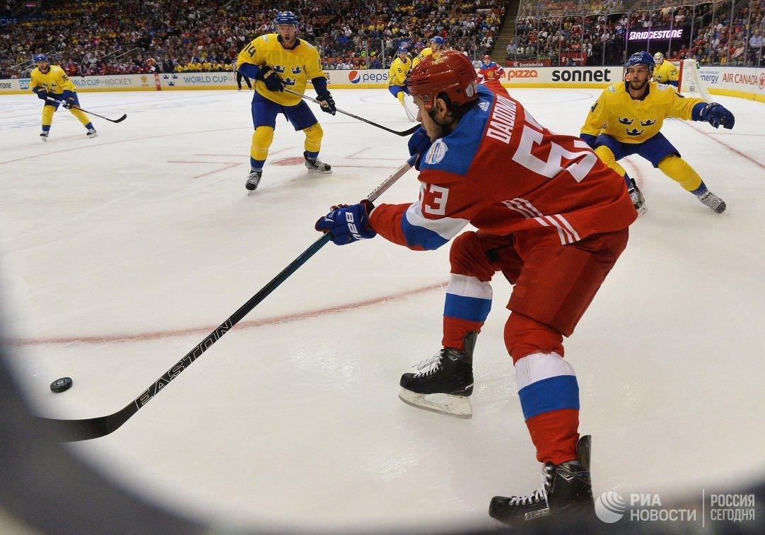 Нападающий сборной России Евгений Дадонов (на первом плане)
