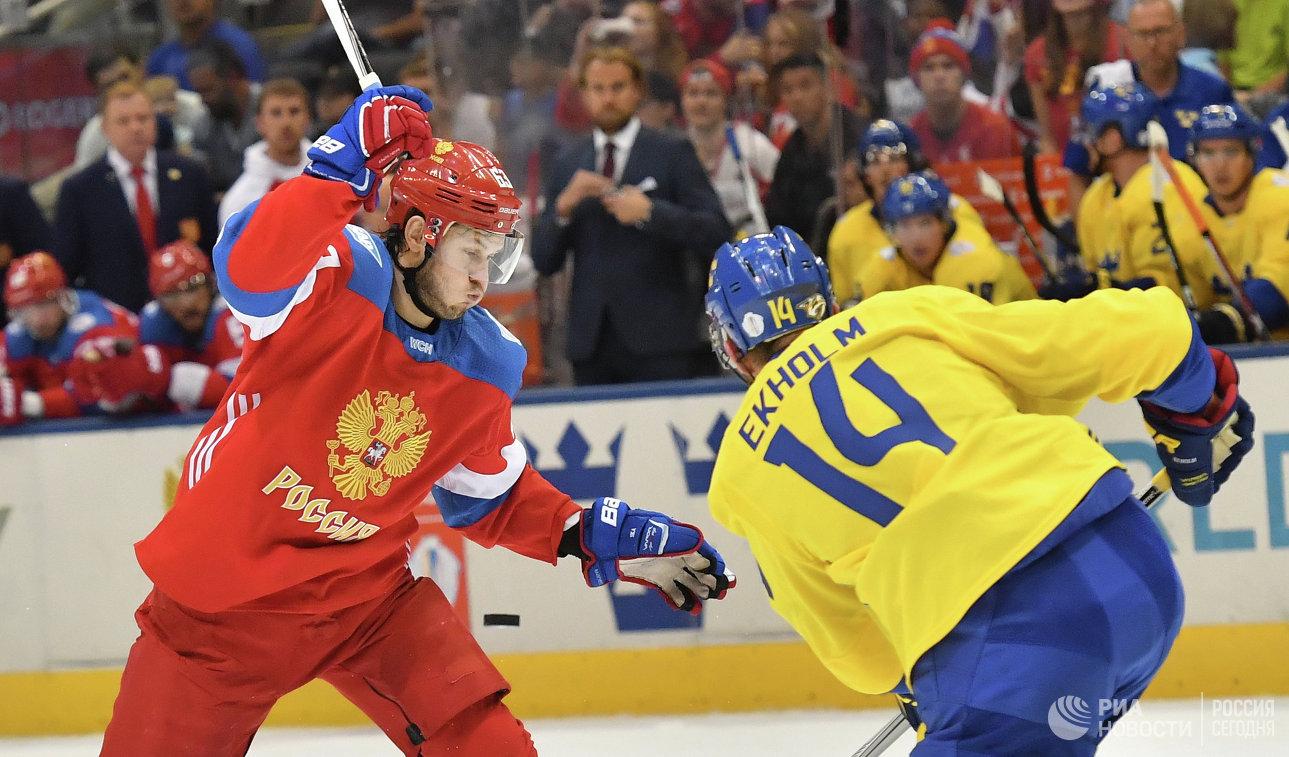 Нападающий сборной России Евгений Дадонов (слева) и защитник сборной Швеции Маттиас Экхольм