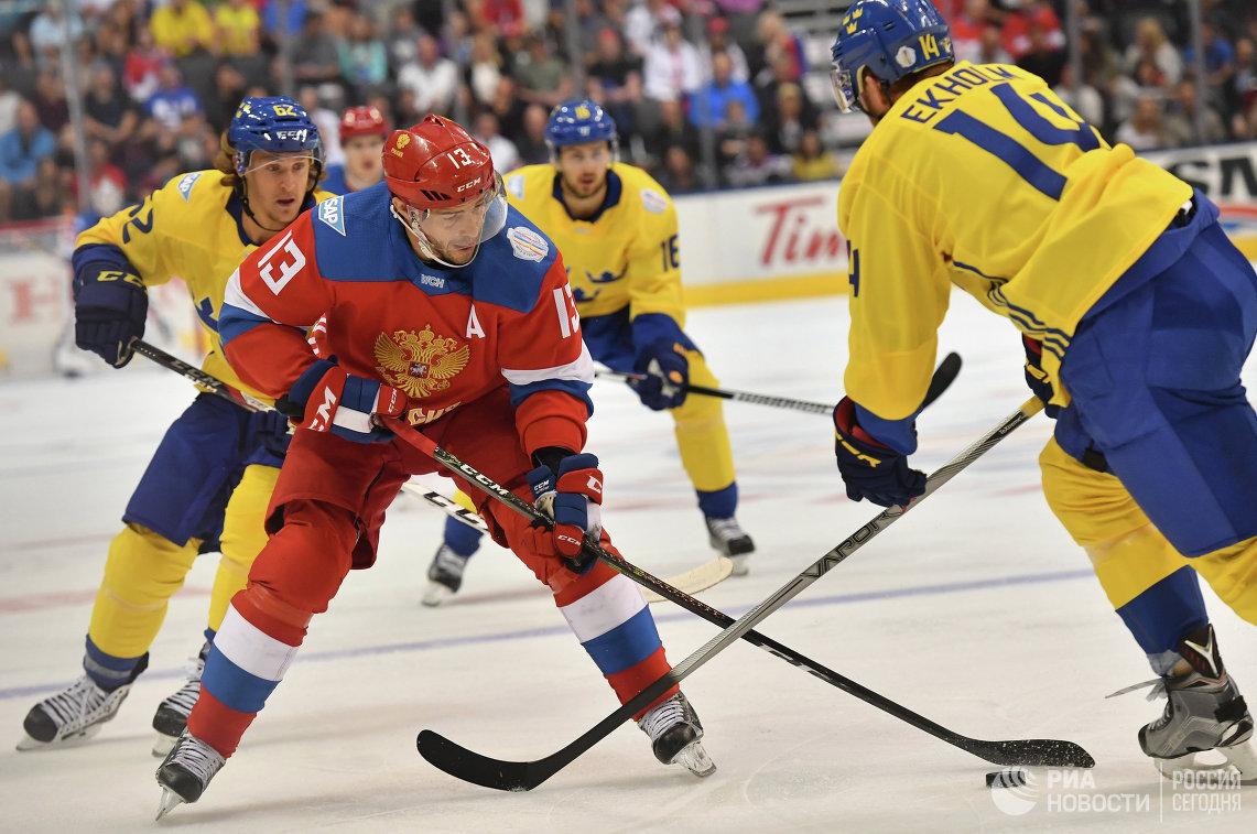 Нападающий сборной России Павел Дацюк (второй слева)