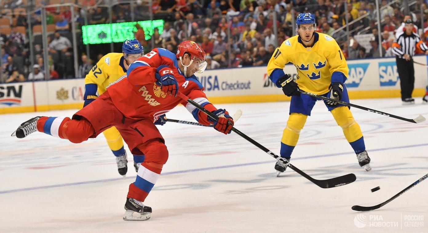 Нападающий сборной России Павел Дацюк (слева)