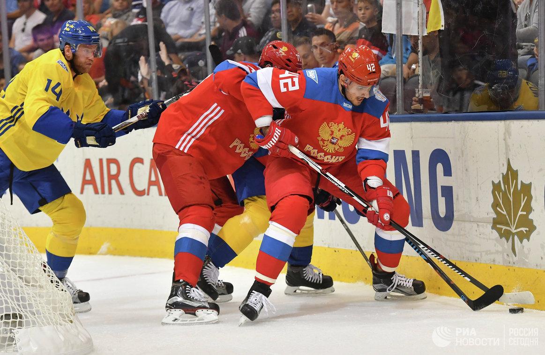 Нападающий сборной России Артём Анисимов (справа)