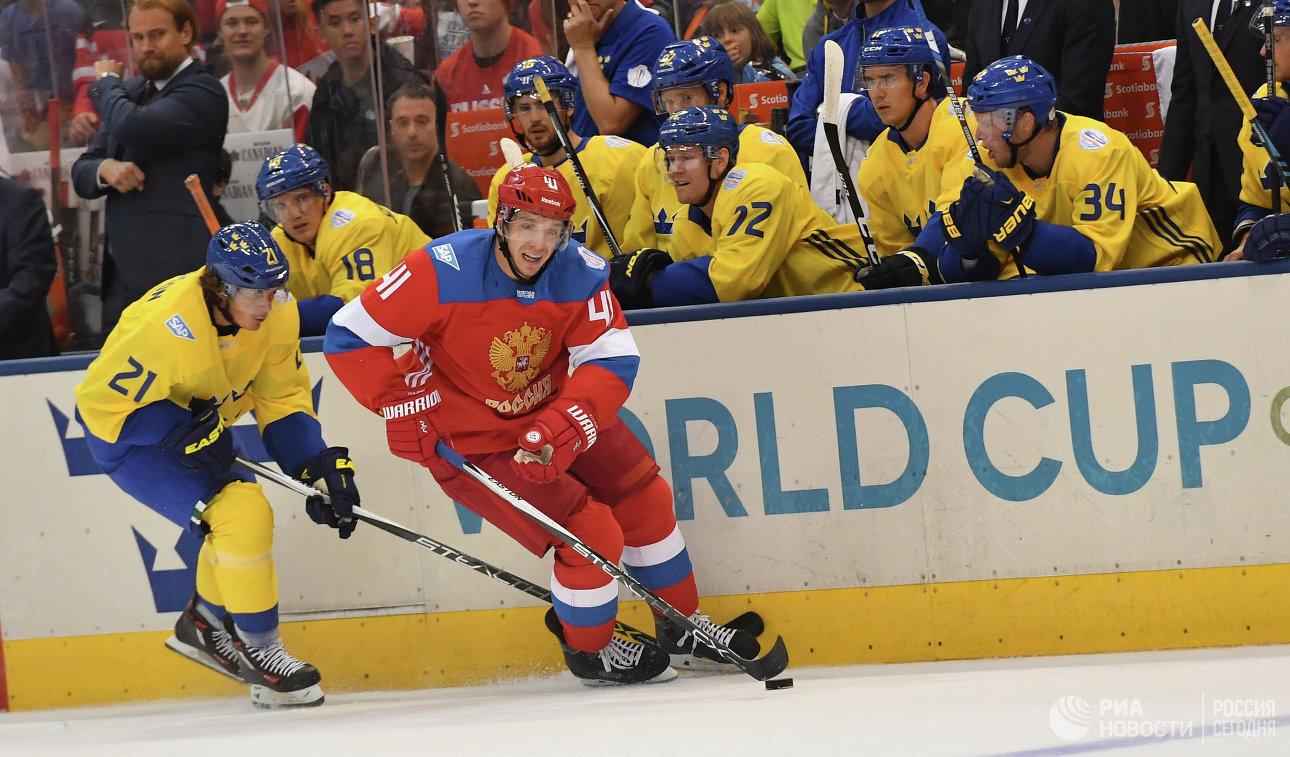 Нападающие сборной Швеции Луи Эрикссон (слева) и сборной России Николай Кулёмин