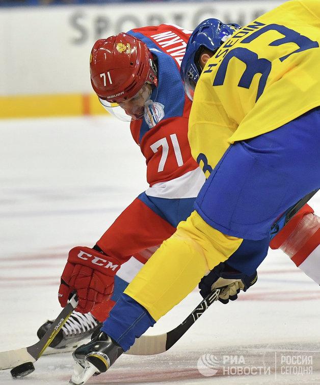 Нападающий сборной России Евгений Малкин (слева) и сборной Швеции Хенрик Седин