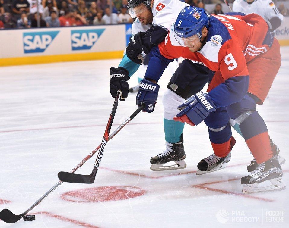 Нападающий сборной Чехии Милан Михалек (справа) и защитник сборной Европы Марк Штрайт