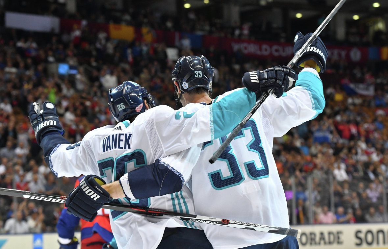 Хоккеисты сборной Европы Томас Ванек и Здено Хара (справа)
