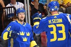 Хоккеисты сборной Швеции Антон Строльман и Хенрик Седин (справа)