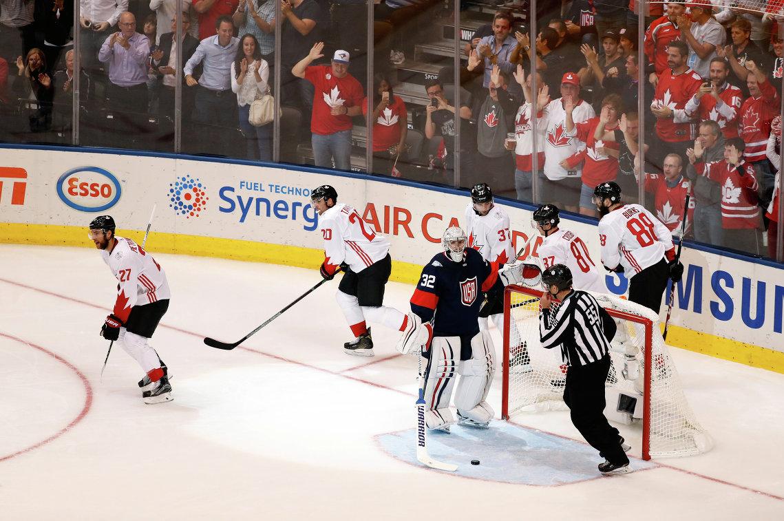 Игровой момент матча Кубка мира по хоккею между сборными Канады и США
