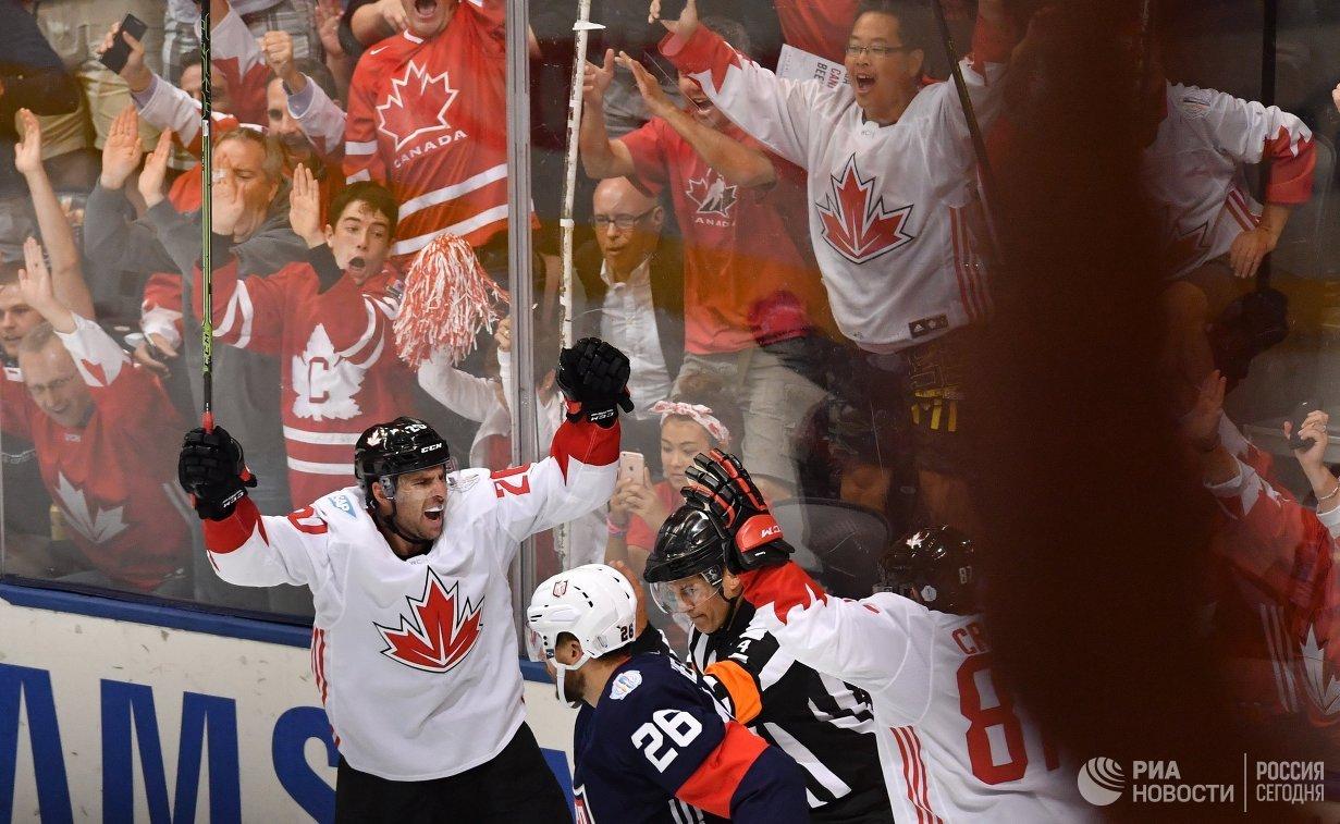 Нападающий сборной Канады Джон Таварес (слева) радуется заброшенной шайбе