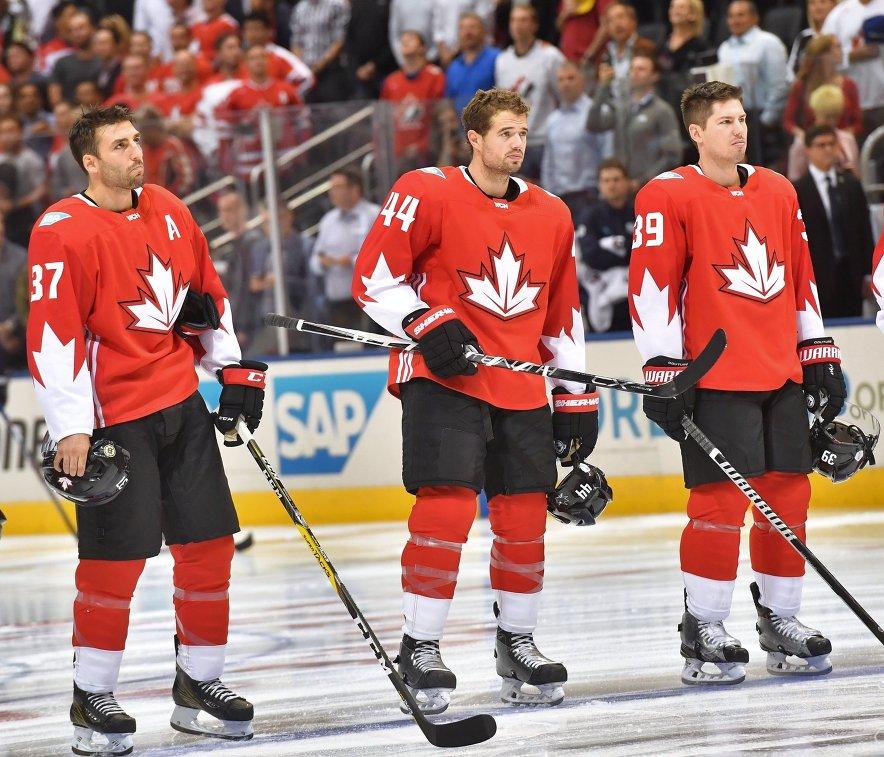 Хоккеисты сборной Канады Патрис Бержерон, Марк-Эдуар Власич, Логан Кутюр (слева направо)