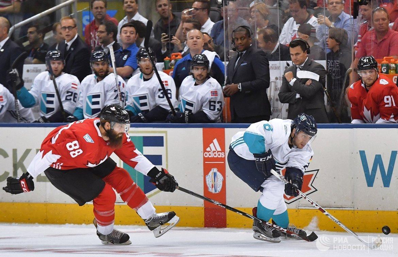 Форвард сборной Европы Тобиас Ридер (справа) и защитник сборной Канады Брент Бёрнс