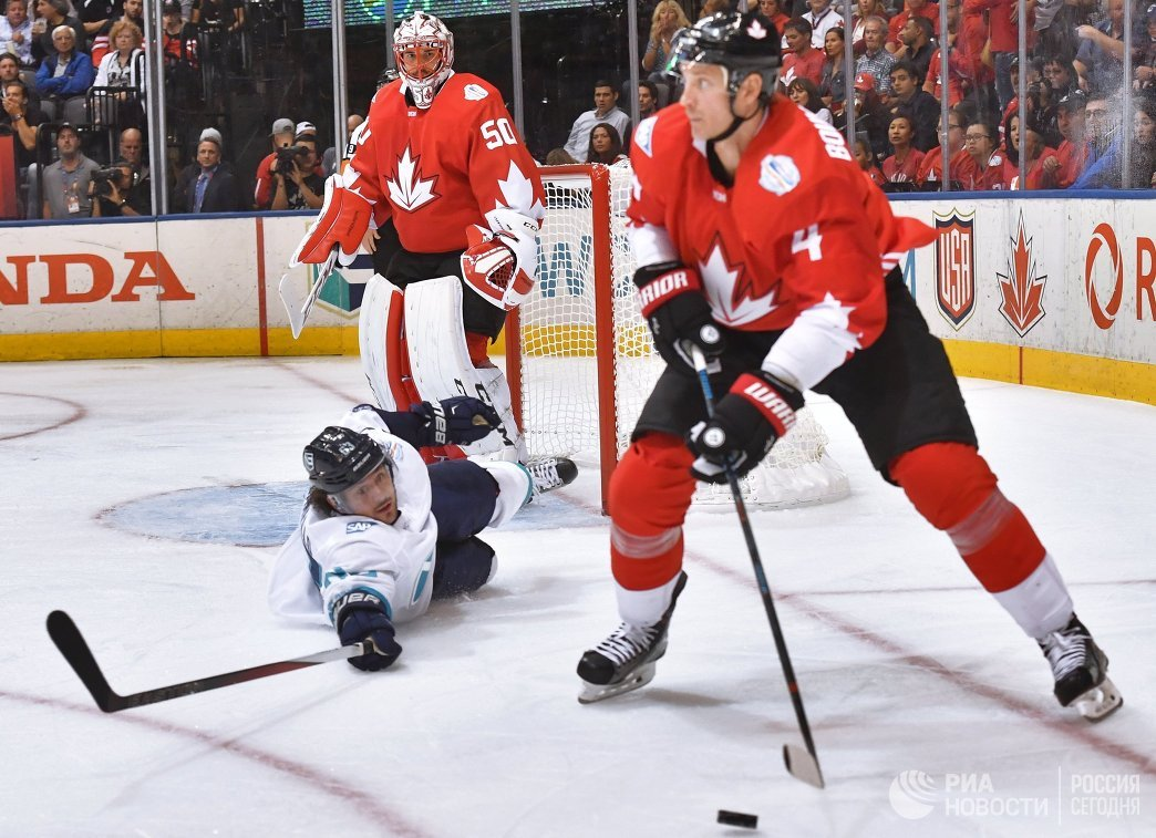 Форвард сборной Европы Матс Цуккарелло, вратарь сборной Канады Кори Кроуфорд и защитник сборной Канады Джей Боумистер (слева направо)