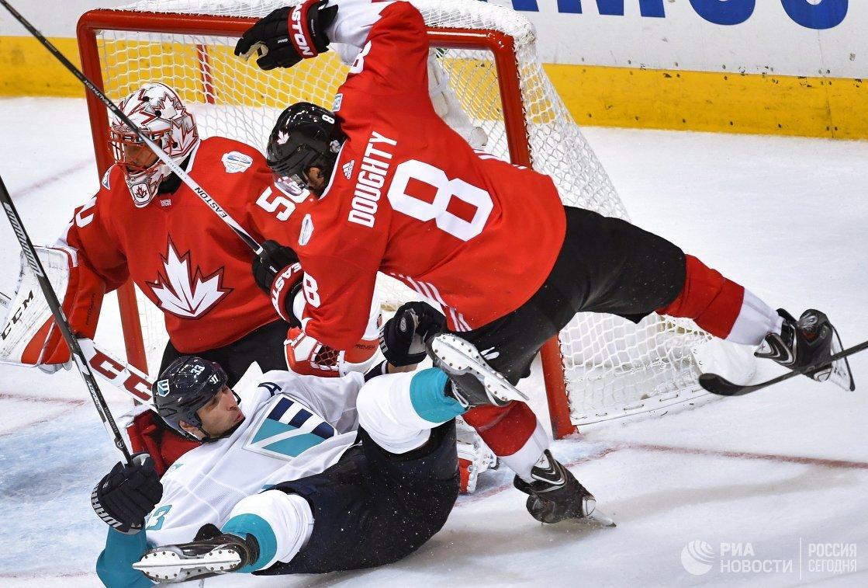 Вратарь сборной Канады Кори Кроуфорд, защитник сборной Европы Здено Хара и защитник сборной Канады Дрю Даути (слева направо)